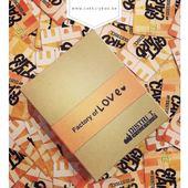 FR:Boite Campana kraft brun 100% biodégradable et recyclableComposé d'un carton en kraft naturel de 400 gr/m² et de son fourreau (dans la même matière)Les impressions sont en offset UV, une technique qui permet d'avoir de belles couleurs même sur du kraft brun qui normalement ne permet pas l'impression de couleurs claires (blanc, orange, rose, etc). Vous constarez ici que le orange est très peu influencé par la couleur du kraft brun.L'intérieur de la boite est composé d'un calage au format carte de crédit : carte de fidelité, carte de remercie, carte de membre, etcPersonnalisable à partir de 1000 unitésLivraison en 5 semainesN'hésitez pas à nous demander une offre de prix pour réaliser votre boite avec votre graphisme #EN:Campana brown kraft box 100% biodegradable and recyclableComposed of a natural kraft cardboard of 400 gr/m² and its sleeve(in the same material)The prints are in UV offset, a technique that allows having beautiful colors even on brown kraft that normally does not allow the printing of light colors (white, orange, pink, etc.). You will see here that orange is very little influenced by the color of brown kraft.The inside of the box is composed of a credit card size wedging: loyalty card, thank you card, membership card, etc.Customizable from 1000 unitsDelivery in 5 weeksDo not hesitate to ask us for a price offer to realize your box with your own graphic design.NDLS:Campana bruine kraft doos 100% biologisch afbreekbaar en recycleerbaar Samengesteld uit een natuurlijk kraftkarton van 400 gr/m² en zijn hoes (in hetzelfde materiaal) De afdrukken zijn in UV-offset, een techniek die het mogelijk maakt om mooie kleuren te hebben, zelfs op bruin kraft dat normaal gesproken niet toestaat om lichte kleuren (wit, oranje, roze, enz.) te drukken. U zult hier zien dat oranje zeer weinig beïnvloed wordt door de kleur van bruin kraft. De binnenkant van de doos is samengesteld uit een creditcardformaat steunstuk: gemaakt voor klantenkaart, bedankkaart, lidmaatschaps