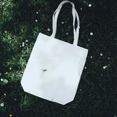Nos sacs réutilisables en coton ont été adoptés par la nature 🦗🐞🌼Montrez votre engagement écologique en utilisant ces sacs en tissus réutilisables pour votre boutique avec ou sans votre logo, à partir de 50 unités 🌼🐞🐜🐝🐛#cottonbag #totebag #reusablebag #sacrecyclable #sacreutilisable #villerslaville #hoeilaart #centurybox #insectsoftheworld #belgianpackaging #belgianbrand #belgischmerk #verpakking #herbruikbareverpakking